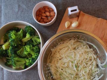 Riisinuudlid brokolipestoga